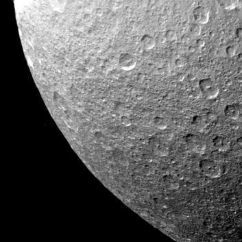 El satélite Rea, fotografiado por la sonda Voyager 1. Crédito: NASA