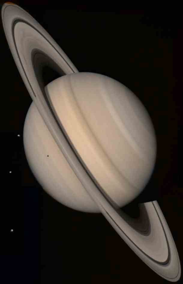Saturno, observado por la sonda Voyager 2. Crédito: NASA