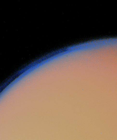 La atmósfera de Titán, vista por la sonda Voyager 1. Crédito: NASA
