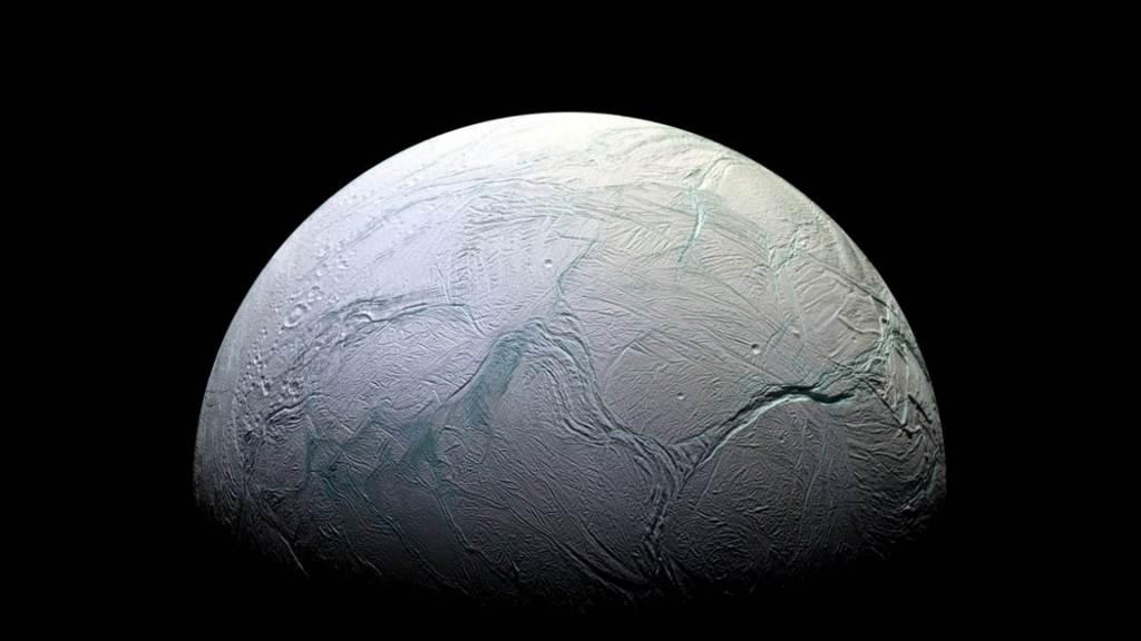 Los mundos como Encélado, y los asteroides, podrían esparcir la vida por la galaxia.