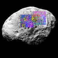 Foto van Hyperion met kleurkaart van het oppervlak