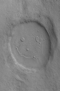De Happy Face-krater op Mars