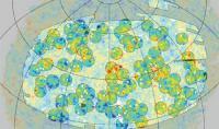 hete en koude plekken in de CMB, veroorzaakt door de clusters respectievelijk de leegten