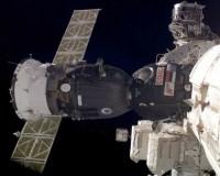 De Soyuz gekoppeld aan het ISS