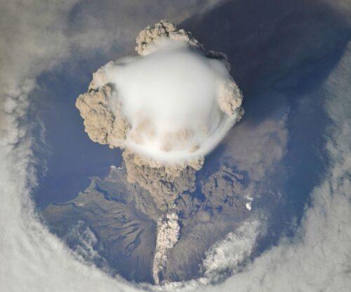 Uitbarsting van de vulkaan Sarychev
