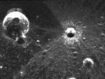 Huh, een maankrater met vreemde ejecta rondom?