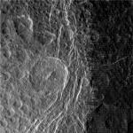 Ruwe beelden van Saturnus' maan Dione