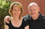 Congreslid Gabrielle Giffords, getrouwd met astronaut Mark Kelly, neergeschoten