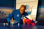 Tandenpoetsen en wassen in de ruimte met Elmo