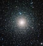 Blauwe sterren houden bolvormige sterrenhoop jong