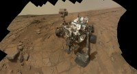 Een zelfportret van Curiosity op Sol 177 (3 februari 2013), gemaakt met z'n Mars Hand Lens Imager (MAHLI).