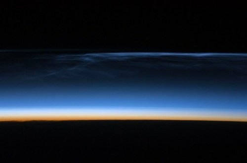 Lichtgevende nachtwolken gezien door het ISS