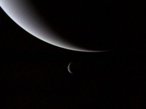 Neptunus en Triton gezien door Voyager 2 in 1989