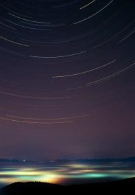 Tragovi zvijezda i magla osvjetljena umjetnom rasvjetom u Zagorju.
