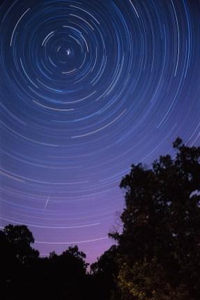 Tragovi zvijezda i satelit snimljeni sa Petrove gore.