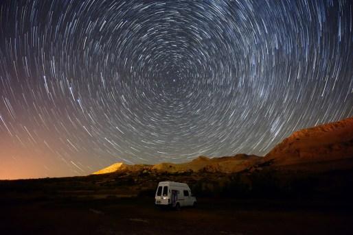 Tragovi zvijezda oko nebeskog pola tijekom 45 minuta snimanja fotografije. Snimljeno blizu Metajne na Pagu.