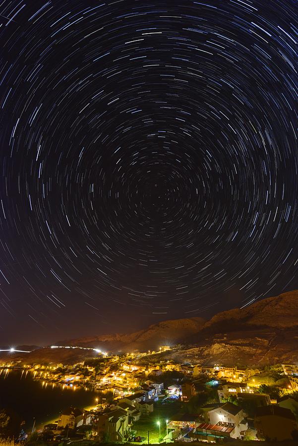 Tragovi zvijezda iznad Metajne na Pagu.