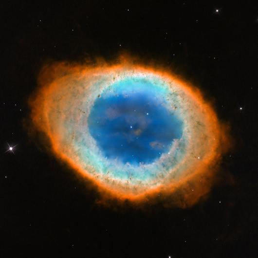 Gökbilimcilerin özel ilgisini çeken cisimlerden Halka Bulutsusu gökyüzündeki en önemli cisimlerdendir. Gökbilimci Darquier de Pellepoix tarafından 1779 yılında keşfedilen cisim, bir ay sonra Charles Messier tarafından da farkedilmiştir. (NASA, ESA, and C. Robert O'Dell (Vanderbilt University))