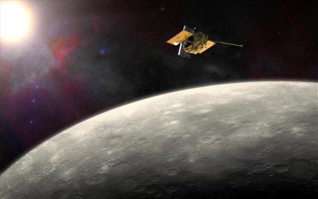 Το διαστημόπλοιο, το οποίο είχε εκτοξευτεί το 2004, θα πέσει στην επιφάνεια του Ερμή μόλις τελειώσει το καύσιμό του, σε ταχύτητα 3,91 χλμ ανά δευτερόλεπτο, στην πλευρά του πλανήτη που «βλέπει» μακριά από τη Γη.