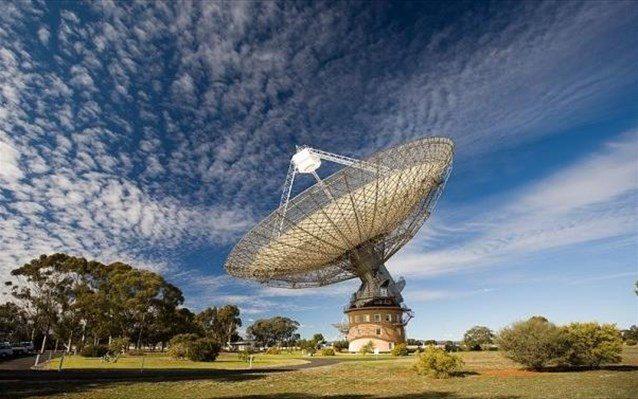 """Για τον εντοπισμό βαρυτικών κυμάτων, η ομάδα από το Parkes χρησιμοποίησε το τηλεσκόπιο του αστεροσκοπείου, βάζοντας στο """"στόχαστρο"""" αστέρες νετρονίων (πάλσαρ) που περιστρέφονται γύρω από τον άξονά τους με μεγάλη ταχύτητα."""