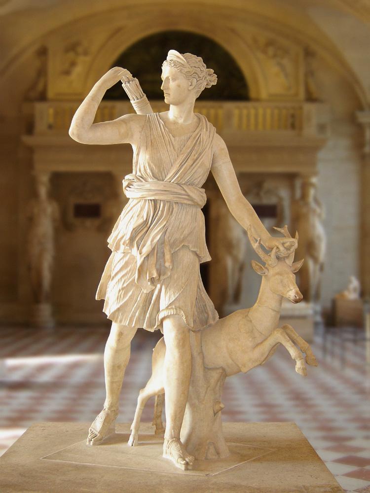 Ártemis caracterizada como uma caçadora. O veado a seu lado era um animal sagrado associado à deusa.
