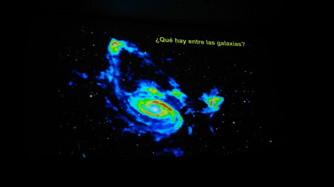 Cuando el Universo se observa en luz invisible para el ser humano, revela fenómenos sorprendentes.
