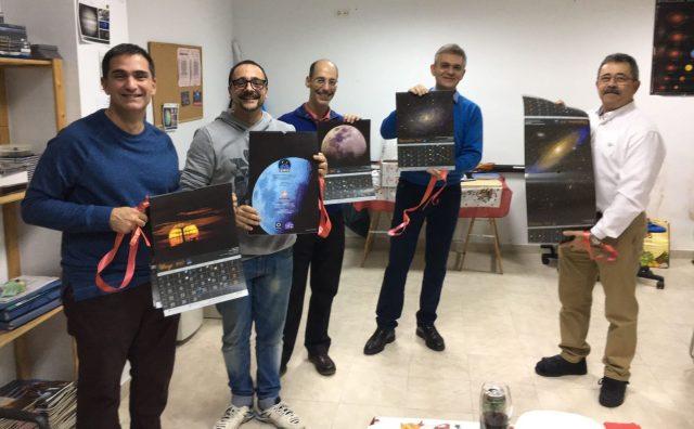 Algunos de los fotógrafos (Juanjo, Juan, Jesús, pedro y Josemi), regogiendo su calendario durante la presentación oficial. Cada uno mostraba una mes ilustrado con una de sus fotos.