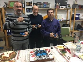 Paco Medina, Jesús Chinchilla y Rafa Díaz, recogiendo un llavero con forma de sistema solar.