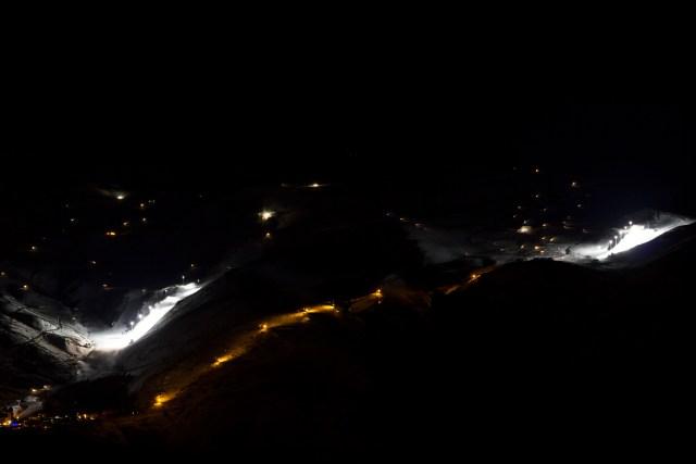 Vista de las pistas de esquí iluminadas antes de llegar al refugio militar.