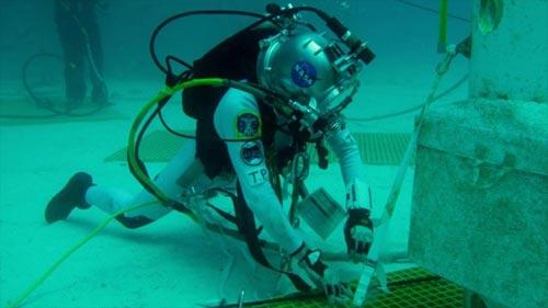 Bajo el agua para viajar a un asteroide