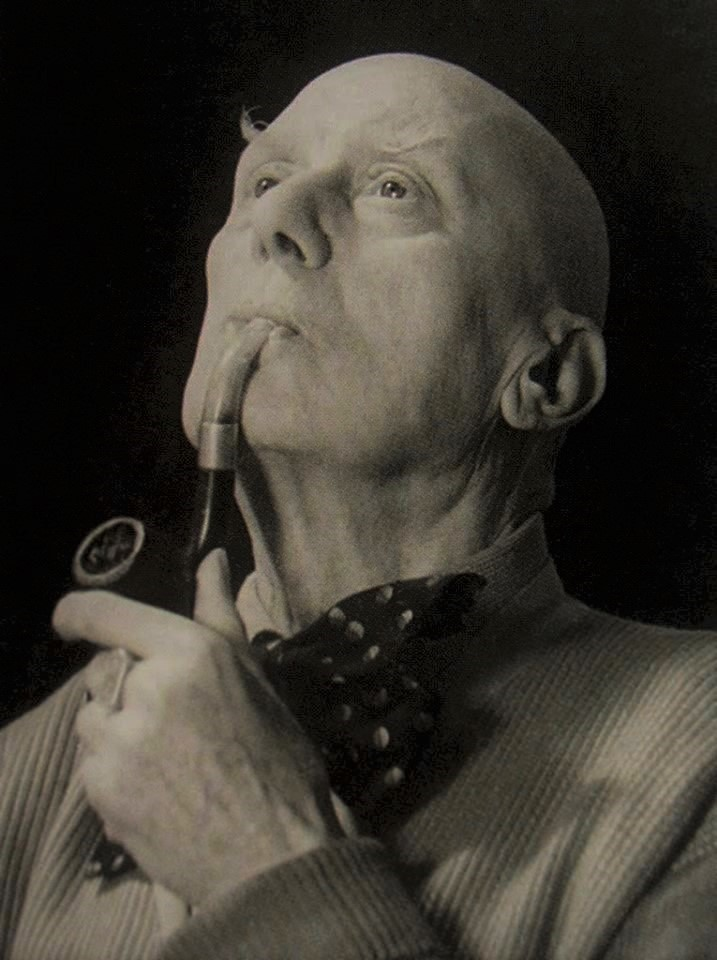 https://i0.wp.com/www.astrumargenteum.org/wp-content/gallery/Aleister-Crowley/AC-with-pipe-2-2.jpg