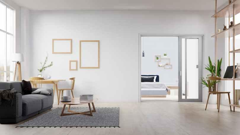Miroirs, sols blanc, murs clairs font partie des astuces pour apporter de la lumière dans une pièce sombre.