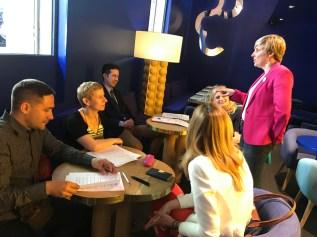 Patricia Suárez atiende a los ponentes en el almuerzo ofrecido en el hotel antes de la conferencia