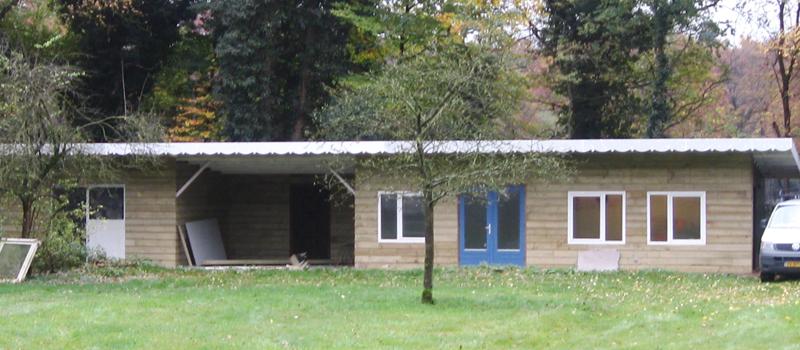 Bijgebouw gerealiseerd met geïsoleerde betonvloer en bekleed met Zweeds rabat