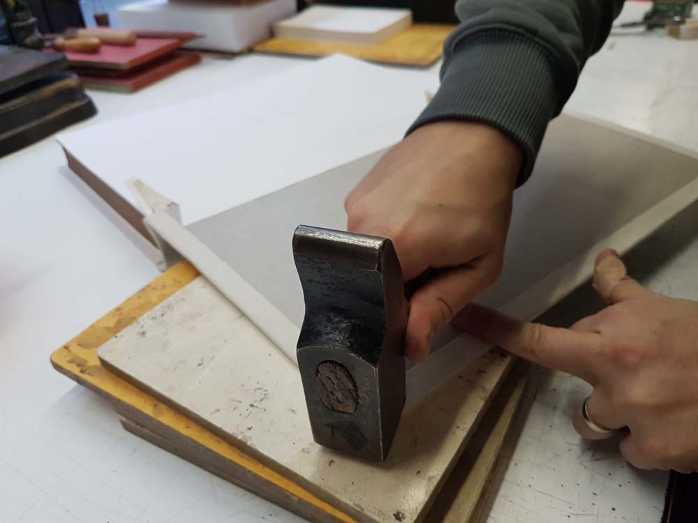 finition-couverture-livre-atelier-reliure-geneve-suisse