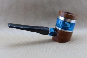 """vue de droite d'une pipe de la collection """"COLORS"""" en bruyère et acrylique Bleu Océan."""