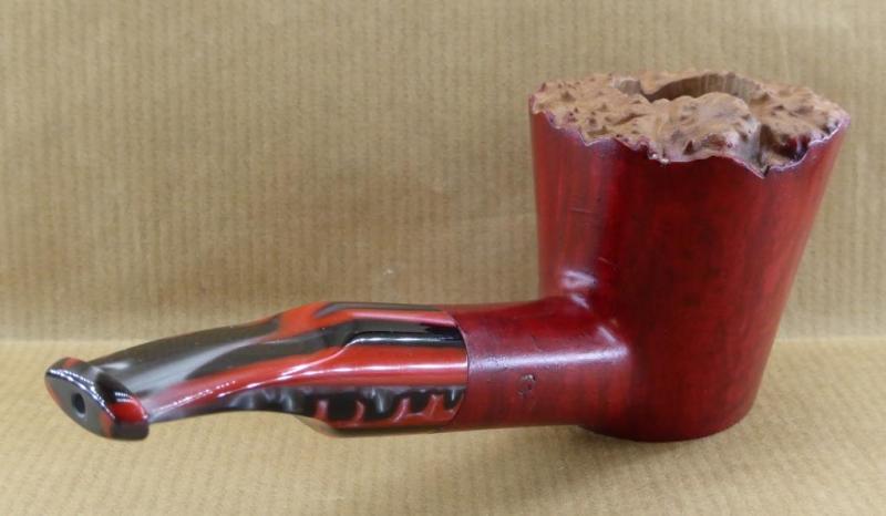 Pipe à tabac Poker en bruyère de Calabre teinte en rouge.