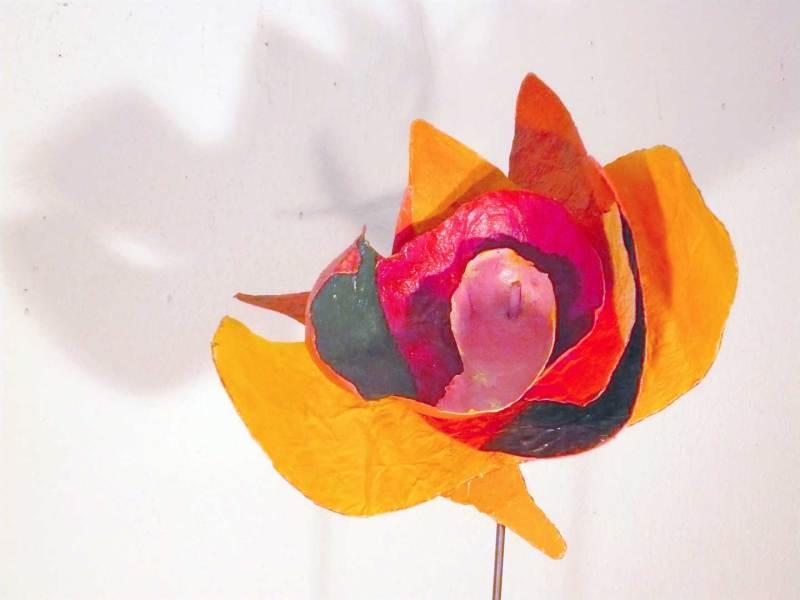 Exotische Blüte, Papier, Acryl an Eisenstab, Höhe 170cm, Blüte 55x30x20