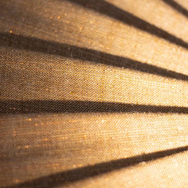 lin ocre et cuivre plissé sous la lumière