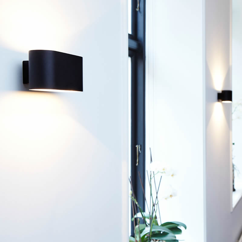 Klassieke aluminium wandlamp in zwart en wit