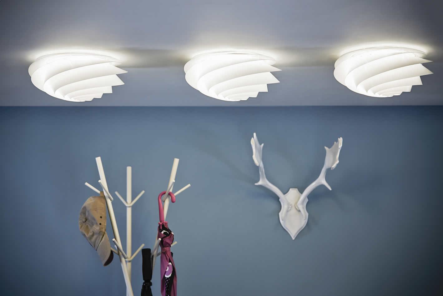 Strakke plafondlampen in een hedendaags interieur