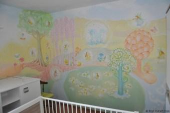 Das Kinderbettchen wird noch an die Wand geschoben, sodass das Mädchen, welches in dieses schöne Zimmer einziehen wird, besonders märchenhaft schlafen kann.