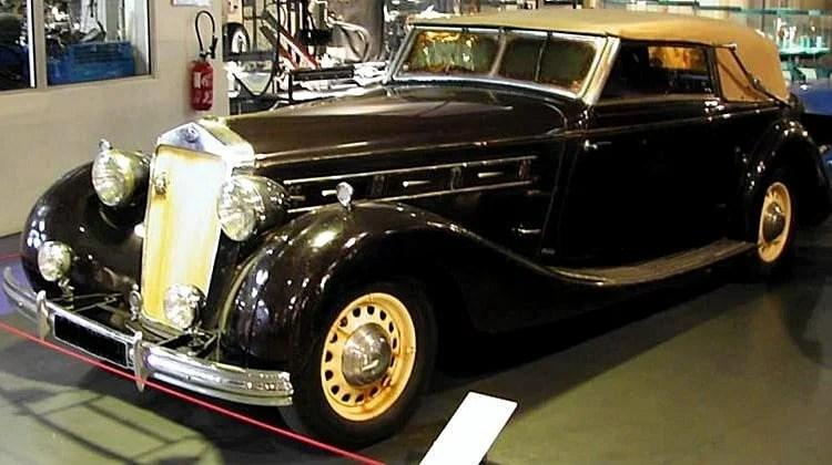 Delage D8 -100, voiture routière de 1936 Atelier du Loft Mobilier avec pièces de voitures et de motos