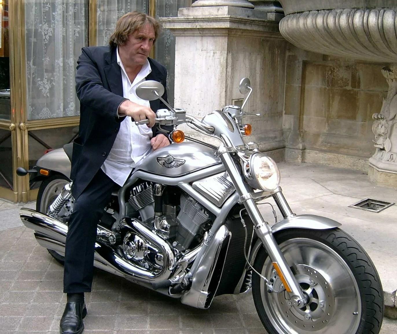 Daniela DAUDE Mobilier avec pièces auto Plein d'idées cadeaux pour fans d'autos/Motos Article sur Depardieu est ses motos dont une Harley Davidson V-ROD