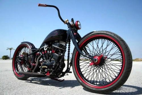 Daniela DAUDE artiste création de mobilier avec pièces d'auto/moto. Article sur la Harley Davidson 1 340 cm3 Rocket Custom 1990 l'art et la moto customisée