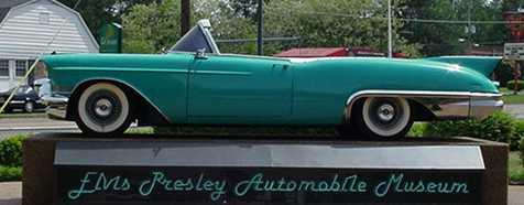 Cadillac Deville séries 62s 1957 exposé devant le musée d'Elvis Presley