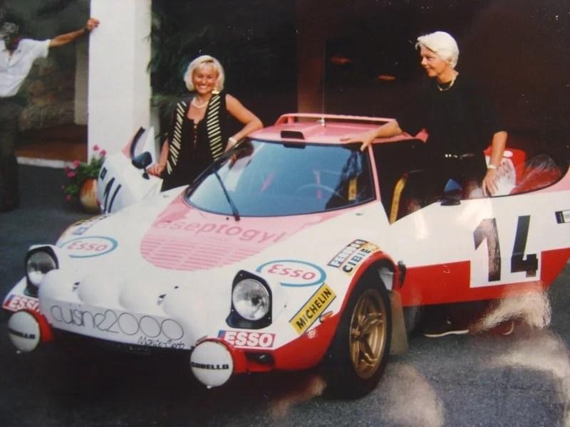 C Trautmann, M Hoepfner, Christine Dacremont, sur berlinettes Alpine A110 aux couleurs rouge, rose et blanc, symbolisant la marque Aseptogyl