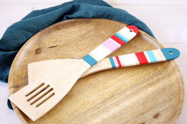 DIY-spatules-en-bois-peintes