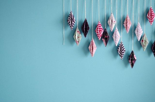 {DIY}-Ma-guirlande-de-diamant-Origami-détail-avec-mur