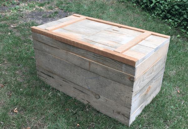 un coffre en bois de palette